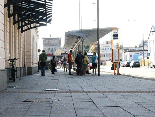 Chůze po tomto rozviklaném chodníku vyžaduje od Opavanů i návštěvníků města dobrou rovnováhu a fyzickou kondici. Zvlášť když za sebou táhnou kufry na kolečkách.