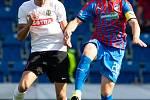 Plzeň - Zápas fotbalové FORTUNA:LIGY mezi FC Viktoria Plzeň a SFC Opava 25. srpna 2019. Václav Juřena (SFC Opava), Jakub Brabec (FC Viktoria Plzeň).