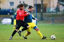 Martin Sebrala (vpravo) ještě v dresu bolatického áčka svádí souboj o balon s jinou hvězdou MODEL Interligy Opavsko, s Pavlem Harazimem z Kobeřic.