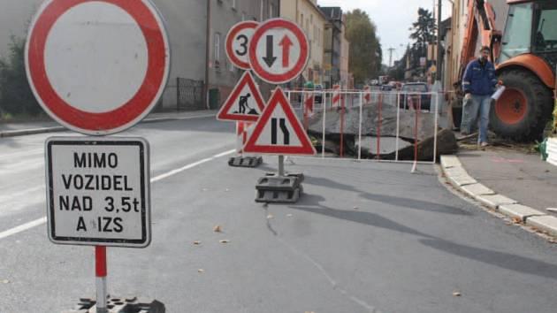 Práce na okružní křižovatce v Krnovské ulici začaly.