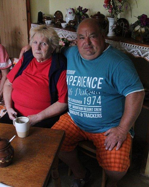 Jaroslav Vlk se sedmasedmdesátiletou Marcelou Pavlíkovou, které povodeň vzala vše.