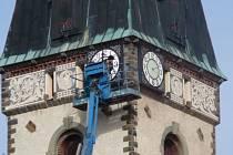 Věžní hodiny na dolnoživotickém kostele dostaly nový kabát.