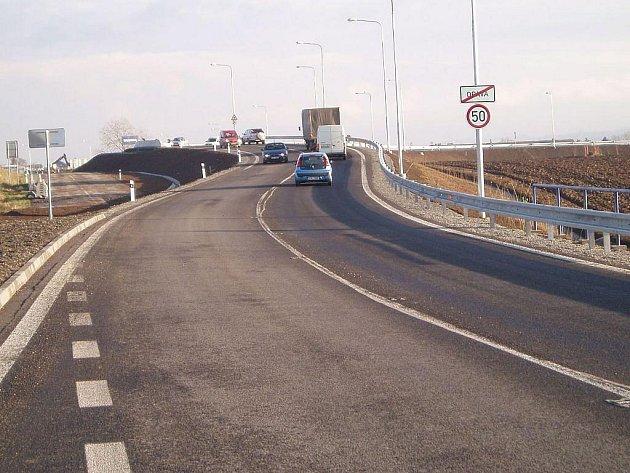 Komunikace Spojka S1, spojující silnici 1/11 na Ostravu a 1/56 na Hlučín, byla otevřena 15. prosince v tříměsíčním předstihu.