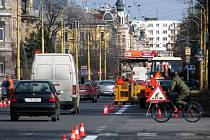 Olomoucká ulice v Opavě se nyní opravuje. Provoz je na ní omezen jen částečně.