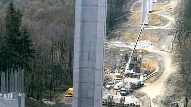 V hrabyňských lesích panuje čilý stavební ruch.