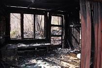 Při pátečním požáru lesní chaty u Žimrovic se vážně popálili devětačtyřicetiletý muž a patnáctiletý chlapec, kteří byli uvnitř.