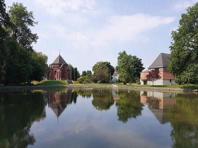 Centrum obce srybníkem.