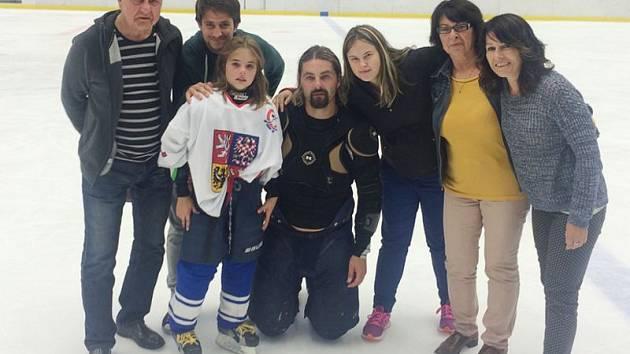 David Moravec měl na rozlučce své nejbližší. Zleva otec Norbert, synovec Tomáš, syn David, dcera Karolina, maminka Helena a sestra Petra.
