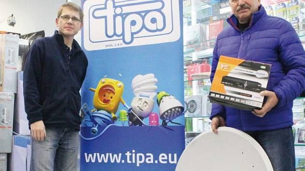 Jan Latka (vpravo) v prodejně opavské společnosti Tipa přebírá satelit, což je cena pro vítěze Tip ligy.
