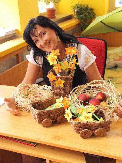 Pavlína Spívalová vyrobí i šest košíků z novin za týden.