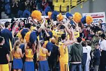 """Basketbalová euforie v Opavě. """"Sedm statečných"""" se raduje s fanoušky."""