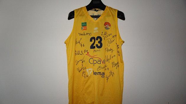 Basketbalový dres Luďka Jurečky podepsaný hráči BK Opava.