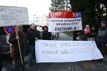Na jeho příjezd do Opavy čekalo i několik lidí s protestními transparenty.