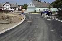 Práce na nové silnici mezi Vítkovem a Větřkovicemi nejprve pokračovaly tak dobře, že se termín dokončení stavby posunul o půl roku. Nyní došlo vinou nepříznivého počasí naopak k průtahům. Měly by však být jen menšího rázu.