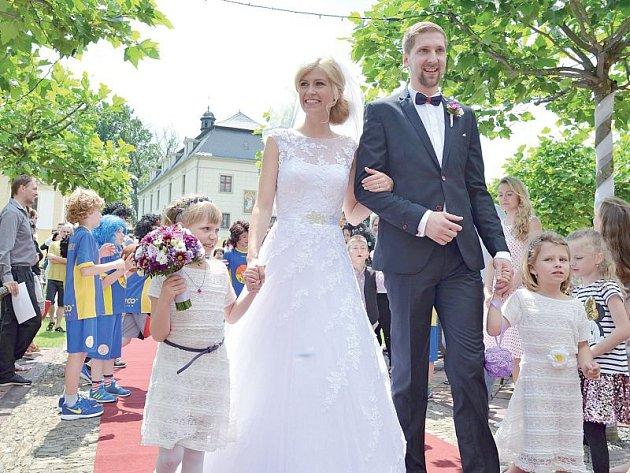 Viktor Cvek, opora basketbalové Opavy, vstoupil do svazku manželského. Opavský odchovanec si za manželku vzal Petru Kubusovou.