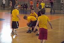 Malí basketbalisté bojovali v hale.