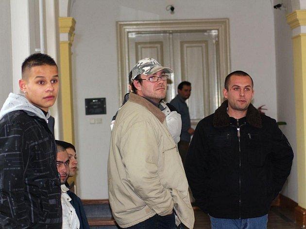 Obžalovaní na chodbě čekají na soudní líčení.