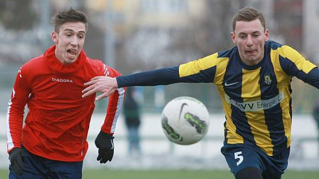 Vladimír Coufal (vpravo) je zatím v Opavě na zkoušce. Proti Uničovu ale ukázal, že by mohl být platným hráčem.