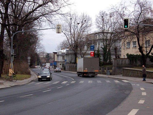 Policejní kontroly. U vyústění Tyršovy ulice na Nádražní okruh by měly být častější.