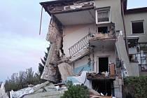Následky exploze v domě ve Strahovicích.