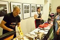 Švýcarský sýr připravený na speciálním grilu, posypaný kořením s příchutí skořice, domácí brambory ve slupce, sterilované okurky a cibulky a navíc sklenka dobrého vína. To vše si v sobotu nenechaly ujít desítky lidí, které se zúčastnily tzv. Raklet party.