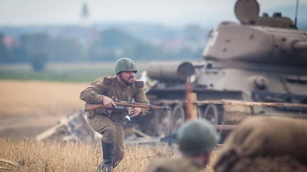 Tuhý a nemilosrdný boj byl na konci druhé světové války sveden ve Velkých Hošticích. Na snímku z roku 2016 rekonstrukce bitvy.