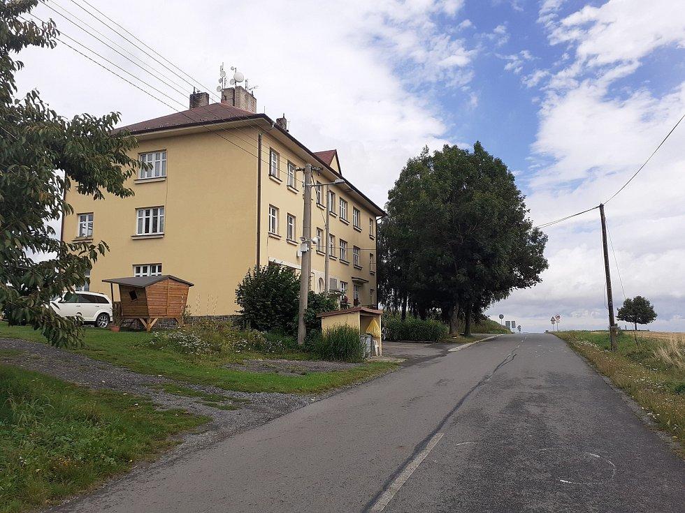 Bývalá celnice, dnes se zde nacházejí byty.