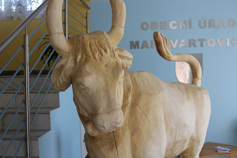 Dřevěná socha býka u vstupu na úřad.