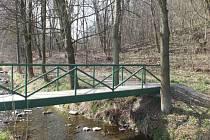 Cyklostezka z Hradce nad Moravicí na Kajlovec by měla začínat u lávky přes potok Hradečná.