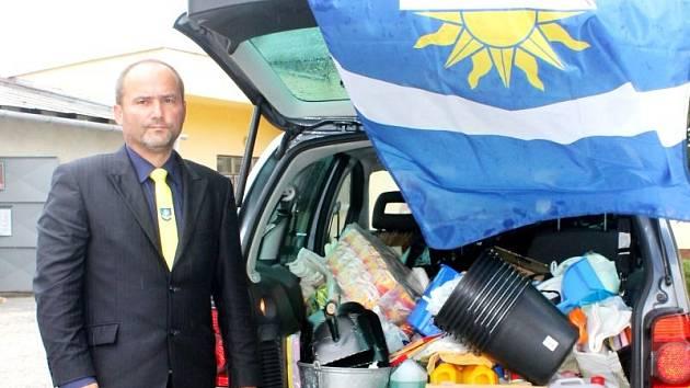 Starosta Otic Vladimír Tancík v úterý dopoledne pár minut před odjezdem s pomocí do zaplavené obce Slaník u Strakonic. S sebou vezl také otickou vlajku.