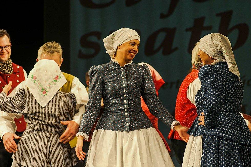 Pro ženský opavský kroj je typická jeho svrchní část z modrotisku, který se původně tisknul v Dolním Benešově.