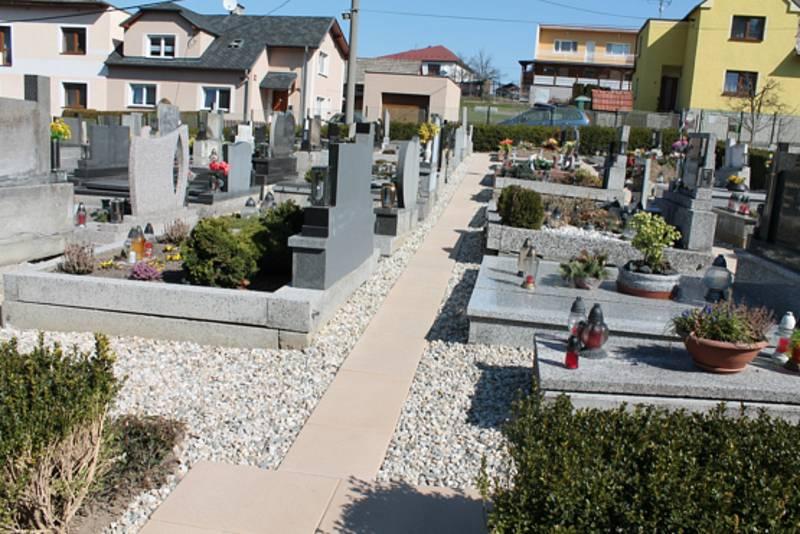 Oprava přístupových cest na hřbitově.