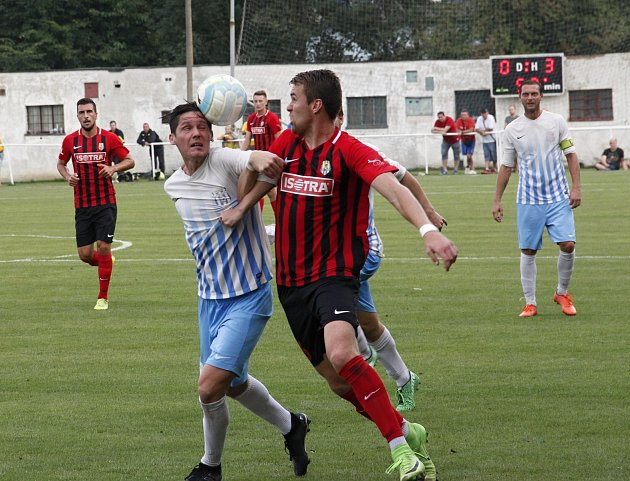 Fotbalisté Olešnice (vbílém) prohráli vMohelnici pohárový zápas sOpavou 0:6.