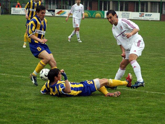 Zápas na velmi těžkém terénu odehráli v sobotu v Třinci opavští fotbalisté.