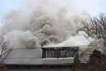 Pět jednotek hasičů zasahovalo ve čtvrtek 20. prosince dopoledne u požáru obytného podkroví staršího rodinného domku ve Vítkově-Podhradí.