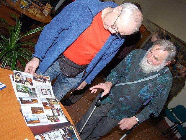 Ve středu otevřená výstava kreseb, grafik, sborníků i ojedinělých dokumentů mnohé vrátí do dob dávno či nedávno minulých. Jejich autor, Opavan Jiří Alex Gill, je totiž mužem, který svůj život spojil s druhými.