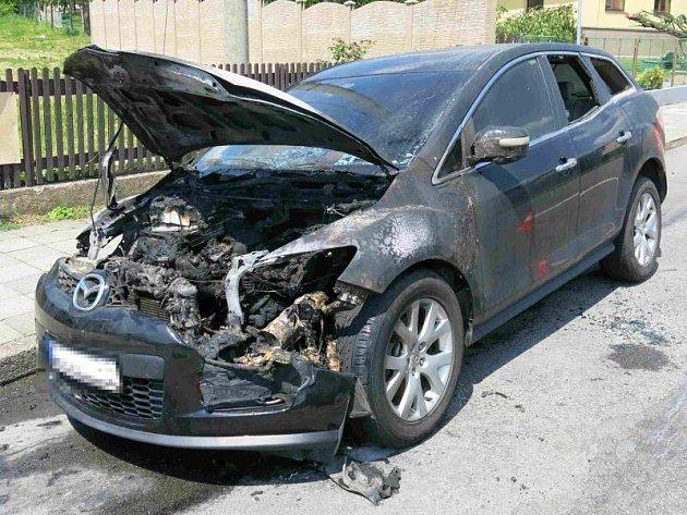 Škoda za 150 tisíc korun vznikla při požáru, který ve středu před polednem zachvátil před pustopolomskou školou osobní automobil zn. Mazda.