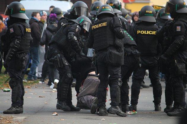 Policisté vOpavě dohlíželi na dav fanoušků Baníku, který měl více než tisíc lidí.