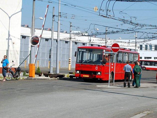 Klid před bouří? Krátce před začátkem jednání odborářů s vedením opavského dopravního podniku byl před vjezdem do areálu firmy klid.