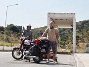 Cestovatelé se letos vydali do Řecka. Na snímku zleva Jiří Zimola a Roman Kořistka na hranicích nejjižnějšího státu Evropské unie.