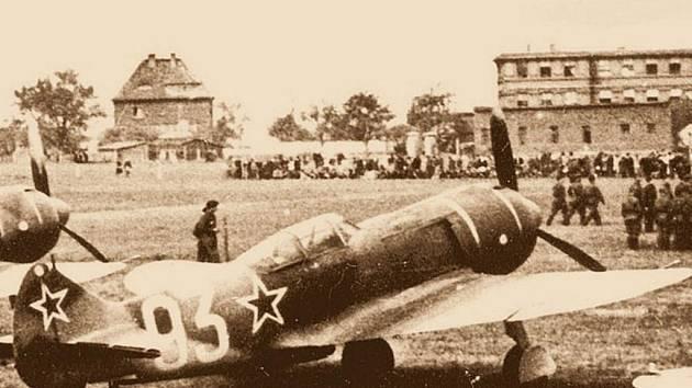 Stíhací lavočky 1. čs. smíšené letecké divize v SSSR na letišti v Praze-Letňanech 1. června 1945.