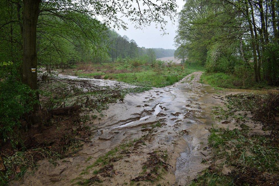 Šilheřovice trpí po bleskové podvodni, která v noci zasáhla obec. Následky povodně a jejich odklízení, čtvrtek 13. května 2021.