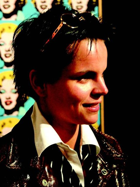 Warholovo sako. Pověstné sako z hadí kůže, které nosil Andy Warhol, si vyzkoušela Ivana Štenclová v jeho muzeu v Medzilaborcích.