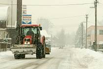 Na Opavsko se opět začal sypat z nebe sníh. Problémy měli řidiči, silničáři, ale i chodci, kteří se v okrajových částech Opavy brodili po kolena ve sněhu.