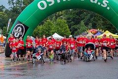 Asistovaný běžecký závod s handicapovanými dětmi a mladými lidmi.
