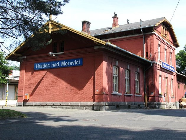 Nádražní budova v Hradci nad Moravicí je momentálně nevyužita.