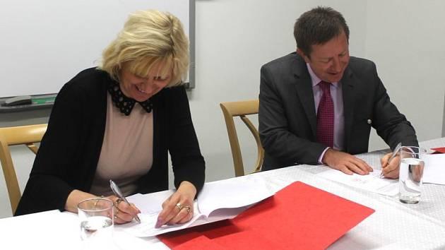 Ředitelka Slezského zemského muzea Jana Horáková a rektor Univerzity Palackého v Olomouci Jaroslav Miller podepisují smlouvu o vzájemné spolupráci.