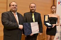 Starosta Otic Vladimír Tancík (uprostřed) přebírá ocenění z rukou krajského hejtmana Miroslava Nováka (ČSSD).
