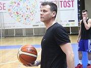 BRAVO! Basketbalisté Děčína (v bílém) doma zničili Opavu.