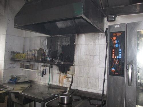 Dvě jednotky hasičů zasahovaly ve čtvrtek dopoledne v hypermarketu Tesco u požáru, který vzniknul od fritézy v kuchyni, kde se připravuje strava pro zaměstnance.